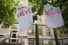In einem Gynasium in Lausanne wird gestreikt. (Bild: KEYSTONE/Jean-Christophe Bott)