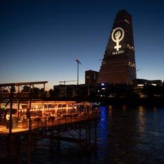 Das Logo des Frauenstreiks vom 14. Juni wird von der gegenüberliegenden Seite des Rheins auf den Roche-Turm projiziert in Basel, am Donnerstag, 13. Juni 2019. (Bild: KEYSTONE/Georgios Kefalas)