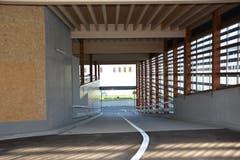 Eingang zum Parkdeck, das Platz für 44 Autos bietet. (Bild: Beat Lanzendorfer)