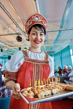 Irina serviert auf der «Thurgau Karelia» Blini in karelischer Tracht.