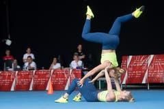 Jasmin Bucheli und Joy Märki zeigen ihre Akrobatik-Künste während der Aerobic-Vorführung in der Kategorie Aktive Paare. (Bild: Boris Bürgisser, Aarau, 14. Juni 2019)