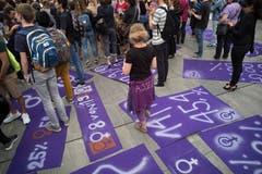 Frauen und Männer demonstrieren vor dem Bundeshaus am Tag des Frauenstreiks am Freitag, 14. Juni 2019 in Bern. (Bild: KEYSTONE/Alessandro della Valle)