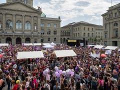 Gut gefüllter Bundesplatz in Bern anlässlich der Kundgebung zum Frauenstreik. (Bild: KEYSTONE/PETER KLAUNZER)