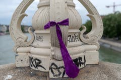 In der ganzen Stadt sind violette Bänder befestigt, so wie an diesem Laternenpfahl auf der Mittleren Brücke, im Rahmen des Frauenstreiks in Basel am Freitag, 14 Juni 2019. (Bild: KEYSTONE/Georgios Kefalas)