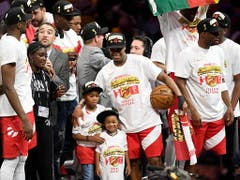 Mega-Party bei den Raptors: Kyle Lowry feiert den Titel der Raptors mit seinen Kindern (Bild: KEYSTONE/AP The Canadian Press/FRANK GUNN)