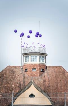 Violette Ballone auf dem Dach der Kantonsschule Frauenfeld. (Bild: Andrea Stalder)