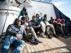 Migranten auf einem Rettungsschiff der privaten Organisation Sea-Eye auf dem Mittelmeer. (Bild: KEYSTONE/AP/RENE ROSSIGNAUD)