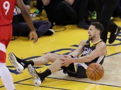 Bei der Niederlage werden die Warriors erneut vom Verletzungspech verfolgt: Topskorer Klay Thompson muss im dritten Viertel verletzt vom Parkett (Bild: KEYSTONE/EPA/MONICA M DAVEY)