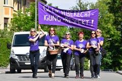 Lehrerinnen auf ihrem Protestmarsch durch das Quartier von Hottingen in Zürich. (Bild: KEYSTONE/Walter Bieri)
