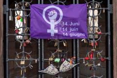 Dort, wo normalerweise Freundschaftschlösser befestigt werden, hängt ein Büstenhalter und ein Palakt für den Frauenstreik am Käppelijoch in Basel am Freitag, 14 Juni 2019. (Bild: KEYSTONE/Georgios Kefalas)