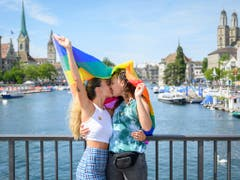 Ein junges Paar küsst sich auf der Quaibrucke am Zurich Pride Festival. (KEYSTONE/Melanie Duchene) (Bild: KEYSTONE/MELANIE DUCHENE)