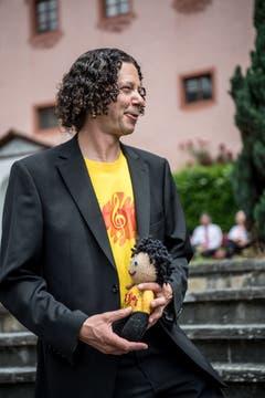 Auch Chorleiter Simon Strebel ist nach dem Auftritt glücklich. (Bild: Nadia Schärli/Luzerner Zeitung, Hitzkirch, 15. Juni 2019)
