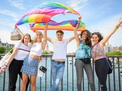 Junge Leute posieren für ein Foto auf der Quaibrücke anlässlich des diesjährigen Zurich Pride Festival vom Samstag in Zürich. (KEYSTONE/Melanie Duchene) (Bild: KEYSTONE/MELANIE DUCHENE)