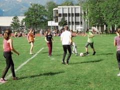 Beim Fussball – wie auch bei den anderen Sportarten – gingen die Schülerinnen und Schülerinnen mit grossem Engagement zur Sache. (Bilder: PD)