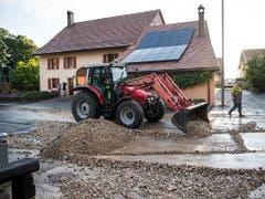 Aufräumen nach dem Gewittersturm vom Samstag in Corcelles-sur-Chavornay VD. (Bild: KEYSTONE/JEAN-CHRISTOPHE BOTT)