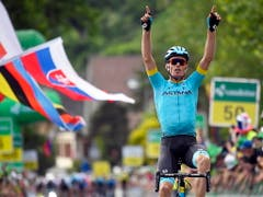 Luis Leon Sanchez aus dem kasachischen Team Astana fährt als Solosieger in Langnau ein (Bild: KEYSTONE/EPA KEYSTONE/GIAN EHRENZELLER)