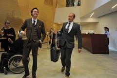Andreas Meier, Hoteldirektor des Radisson Blu, (rechts) und Max Fane machten die Gäste mit Glocken darauf aufmerksam, die Plätze einzunehmen. (Bild: Urs Hanhart, Andermatt, 16. Juni 2019)