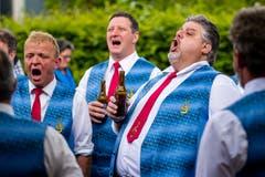 Der Männerchor Hämikon singt ein Ständchen aus frisch befeuchteter Kehle. (Bild: Philipp Schmidli, Hitzkirch, 16. Juni 2019)