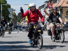 Gute Laune mit 30 km/h: Teilnehmer der Umrundung des Genfersees mit ihren Lieblingsuntersätzen bei der Ortsdurchfahrt in Rolle. (Bild: KEYSTONE/JEAN-CHRISTOPHE BOTT)