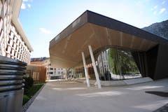 Die neue «Andermatt Konzerthalle» ragt wie ein Eisberg aus dem Boden. (Bild: Urs Hanhart, Andermatt, 16. Juni 2019)