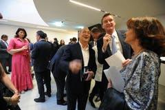 Investor Samih Sawiris (Mitte) zeigte sich am Eröffnungskonzert bestens gelaunt. (Bild: Urs Hanhart, Andermatt, 16. Juni 2019)
