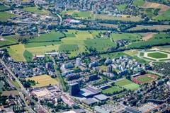 Die Arena (ganz rechts auf dem Bild) entsteht im Herti-Quartier. Die Umrisse der riesigen Tribüne sind auch aus der Luft deutlich erkennbar. (Bild: Andreas Busslinger / Swiss-Image)