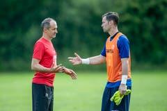 FCL-Trainer Thomas Häberli (links) spricht mit Torhüter David Zibung. (Bild: Urs Flüeler / Keystone)
