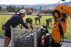 Beim Aufbau helfen auch Armeeangehörige und Zivilschützer mit. (Bild: Andy Mettler / Swiss-Image)