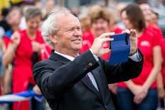 ...auch Regierungsrat Paul Winiker (SVP) griff zur Handykamera.