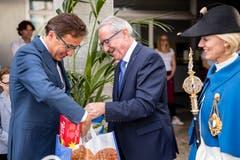 Der Willisauer Regierungspräsident Robert Küng (Mitte) schenkt dem neuen Kantonsratspräsident Josef Wyss Willisauerringli.