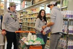 Andreas, Katrin und Thomas (v.l.n.r.) packen grosszügig ein: Pfadikinder brauchen im Lageralltag viel Energie.