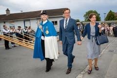 Standesweibelin Anita Imfeld-Müller mit Kantonsratspräsident Josef Wyss und deren Partnerin Liliane Schürch.