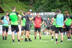 Trainer Peter Zeidler instruiert seine Mannen. (Bild: Urs Bucher)