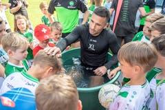 Goalie Dejan Stojanovic mit kleinen Fans. (Bild: Urs Bucher)