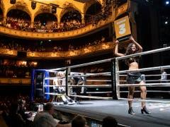 Schauplatz war das Berner Stadttheater. Während sich die Boxer in der Ecke eine Pause gönnen, zeigt ein Ringgirl die nächste Runden an (Bild: KEYSTONE/PETER KLAUNZER)