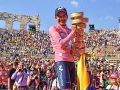 Richard Carapaz mit der Siegtrophäe in der Arena von Verona (Bild: KEYSTONE/EPA ANSA/ALESSANDRO DI MEO)