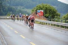 Eine Spitzengruppe kommt zuerst vom Ricken in Wattwil an. (Bild: Beat Lanzendorfer)