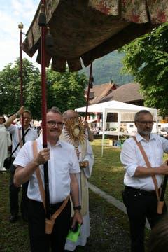 Beschützt vom Baldachin trägt Pfarradministrator Melchior Betschart die Monstranz an den Altar. (Bild: Sepp Odermatt, Oberdorf, 20. Juni 2019)