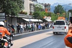 Wer diesen Wagen vor sich sieht, kann das Rennen beenden. Der Besenwegen «kehrt» in Wattwil. (Bild: Urs M. Hemm)
