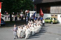 Die Erstkommunionkinder aus Stans ziehen in den Landsgemeindering ein. (Bild: Sepp Odermatt, Oberdorf, 20. Juni 2019)