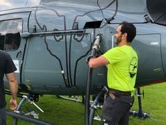 Für gute Bilder: Ein Kamerahelikopter wird betankt. (Bild: Timon Kobelt)