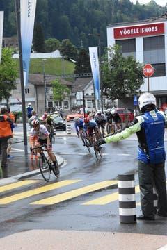 In Wattwil biegen die Radfahrer auf die Bahnhofstrasse ein. Ein nicht ganz ungefährliches Unterfangen, weder für Rad-... (Bild: Urs M. Hemm)
