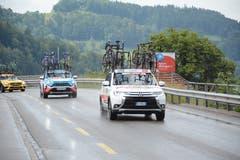 Für alle Fälle gerüstet: Die Teamautos mit Ersatzrädern. (Bild: Beat Lanzendorfer)