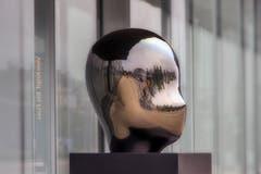 Von Kopf bis Fuss. Der reflektierende Metallkopf spiegelt den Platz vor dem Bahnhof in Rorschach. (Bild: Wolfgang Reisser)