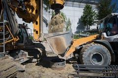 Eine Baggerschaufel nimmt die Erde aus den Bohrlöchern auf. (Bild: Benjamin Manser - 24. Juni 2019)