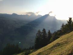 Wanderung morgens ab Eggenbergli Richtung Wängihorn mit Blick Richtung Schächenthal. (Bild: Rico Zwyer, 20. April 2018)