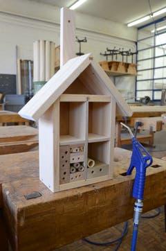 Die Bienenhotels werden beim Neubau des LZSG aufgehängt.