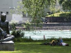 Mensch und Statue im Schatten am Berner Aarehang. (Bild: KEYSTONE/PETER SCHNEIDER)