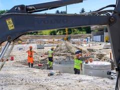 Auf exponierten Baustellen im Kanton Waadt dürfen die Arbeiter zwischen 13 und 17 Uhr eine Hitzepause machen. (Bild: KEYSTONE/MARTIAL TREZZINI)