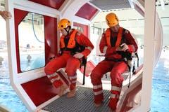 Die beiden Passagiere, Daniel Suter und ein Bademeister vom Campus Sursee, machen sich in der Kabine bereit.